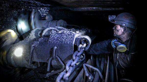 Шахтер добывает уголь на шахте Глубокая в Шахтерске