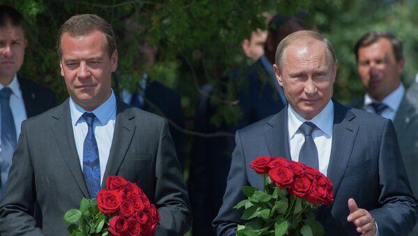 Владимир Путин и Дмитрий Медведев возлагают цветы к вечному огню Доблести и славы поколений на площади перед оборонительной башней мемориального комплекса Малахов курган