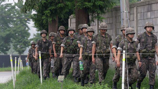 Патрулирование южнокорейскими солдатами приграничной зоны. Архивное фото