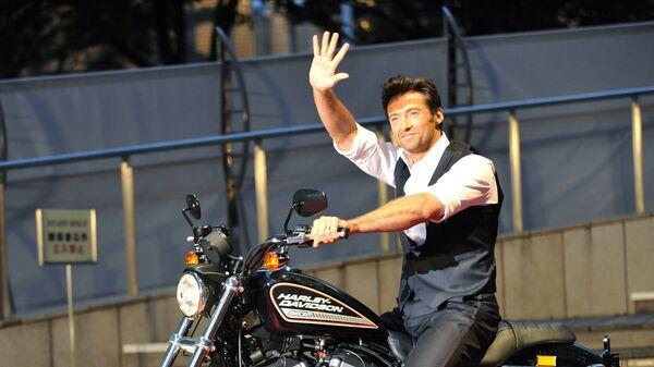 Актер Хью Джекман на мотоцикле Харлей-Дэвидсон во время премьеры фильма Люди Икс: Начало. Росомаха в Японии