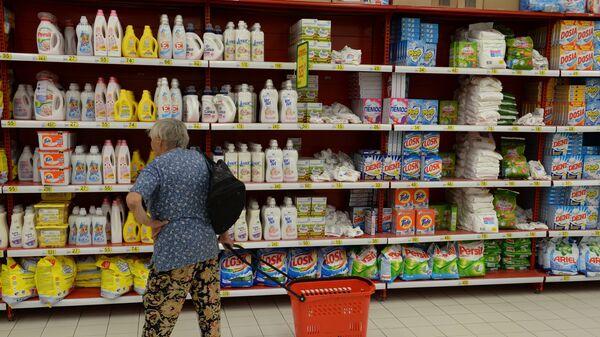 Импортные моющие и чистящие средства на полках одного из магазинов