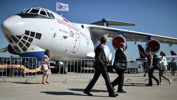 Посетители выставки рассматривают самолет ИЛ-76 МДК. Архивное фото