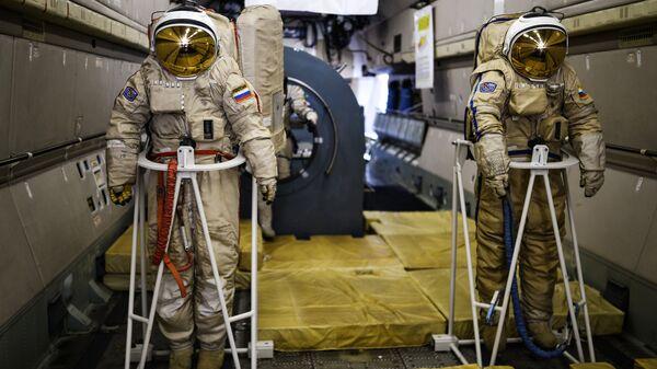 Тренажеры в салоне самолета ИЛ-76 МДК, предназначенного для подготовки космонавтов, представлены на открытии Международного авиационно-космического салона МАКС-2015