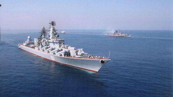 Флагманский корабль Черноморского флота гвардейский ракетный крейсер Москва (бывший Слава) в Севастополе. Архивное фото