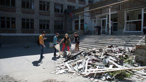 Жители Горловки убирают территорию школы № 16, пострадавшей от ночного обстрела. Архивное фото