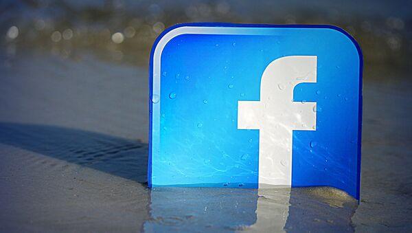 Логотип социальной сети Facebook. Архивное фото.