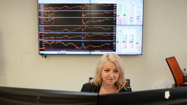 Сотрудница в офисе группы Московская Биржа ММВБ-РТС