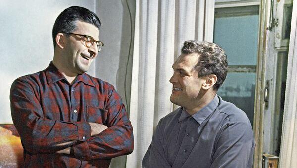 Писатель-фантаст Аркадий Стругацкий (слева) и художник-фантаст Андрей Соколов. Архив