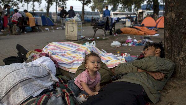 Семья беженцев на автовокзале в Белграде, Сербия