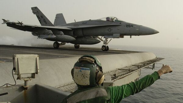 Американский штурмовик F/A-18 Hornet взлетает с палубы авианосца Китти Хоук в Персидском заливе. Архивное фото