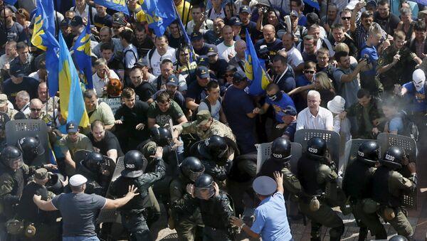 Участники протестной акции у Верховной Рады Украины в Киеве во время столкновений с полицией
