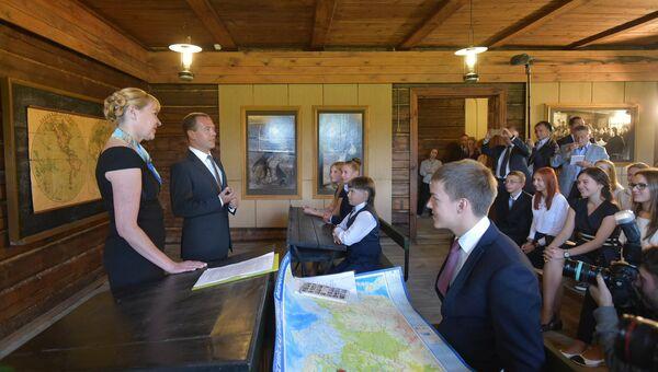 Председатель правительства РФ Дмитрий Медведев во время встречи с учащимися средних общеобразовательных школ Рязанской области