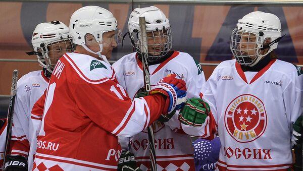 Владимир Путин перед началом хоккейного матча с воспитанниками образовательного центра Сириус в Сочи
