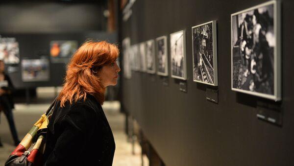 Посетительница фотовыставки. Архивное фото