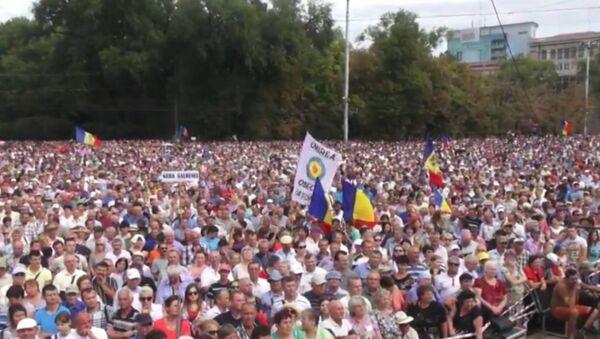Тысячи кишиневцев с флагами митинговали за отставку правительства Молдавии