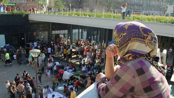 Беженцы с Ближнего Востока на вокзале Келети в Будапеште. Архивное фото
