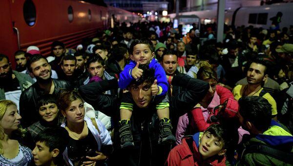 Мигранты, прибывшие из Австрии на центральном вокзале Мюнхена, Германия. 6 сентября 2015