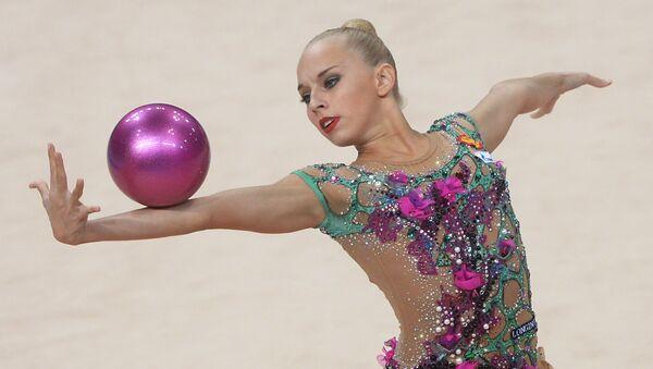 Яна Кудрявцева (Россия) выполняет упражнения с мячом в финале индивидуальных соревнований на чемпионате мира по художественной гимнастике в немецком Штутгарте