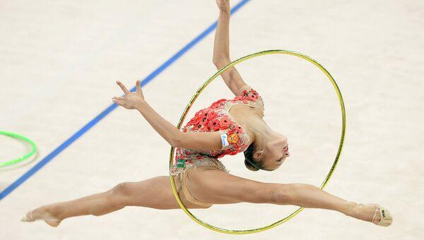 Александра Солдатова выполняет упражнения с обручем на чемпионате мира по художественной гимнастике в немецком Штутгарте