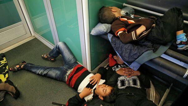 Беженцы из стран Ближнего Востока в поезде Будапешт - Вена. Архивное фото