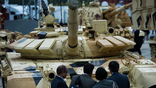 Участники выставки Russia arms expo рассматривают танк Т-72-63. Архивное фото