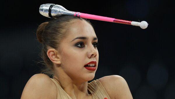 Маргарита Мамун (Россия) выполняет упражнения с булавами в квалификационных соревнованиях на чемпионате мира по художественной гимнастике в немецком Штутгарте. Архивное фото
