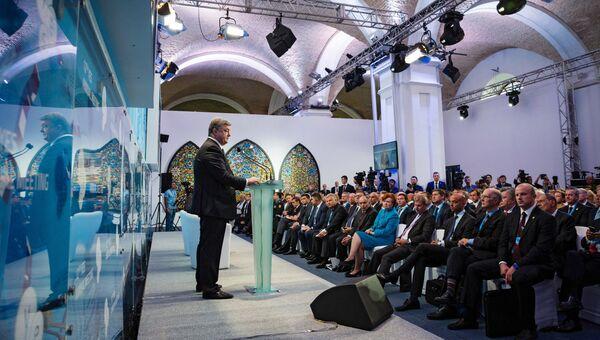 Президент Украины Петр Порошенко (справа) выступает на 12-й ежегодной встречи Ялтинской Европейской Стратегии в Киеве. Архивное фото