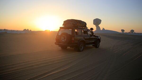 Автомобиль пересекает Западную пустыню, Египет. Архивное фото