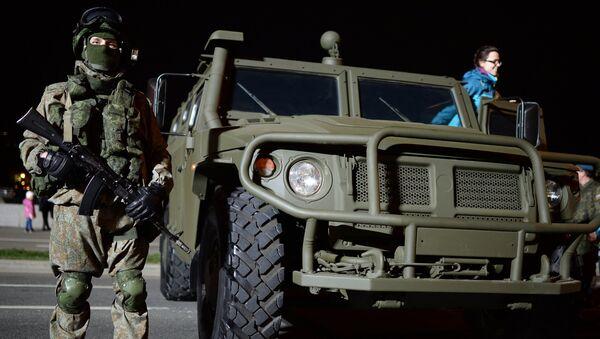 Военнослужащий у ГАЗ 2330 Тигр. Архивное фото