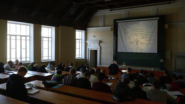 Студенты и преподаватель во время лекции