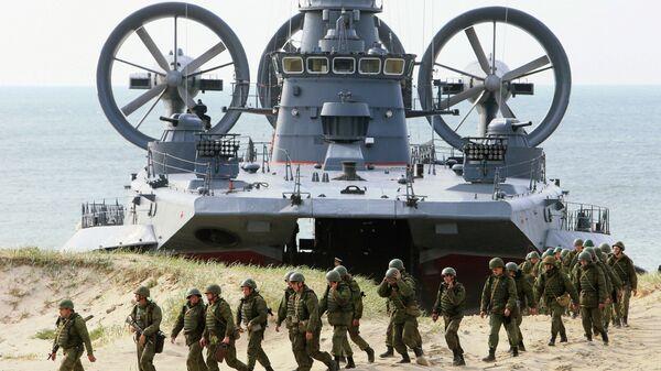 Малый десантный корабль на воздушной подушке (МДКВП) Мордовия и бронетранспортер БТР-80 на совместных российско-белорусских учениях Щит Союза-2015 в Калининградской области
