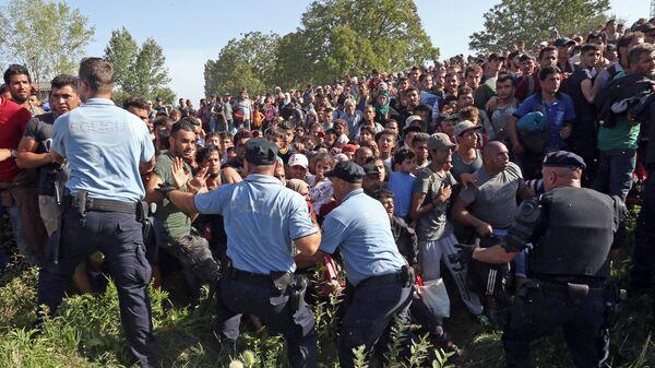 Беженцы пытаются пересечь полицейский кардон в Хорватии
