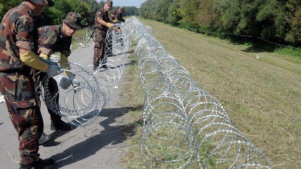 Военнослужащие венгерской армии устанавливают заграждения на границе с Хорватией, 18 сентября 2015
