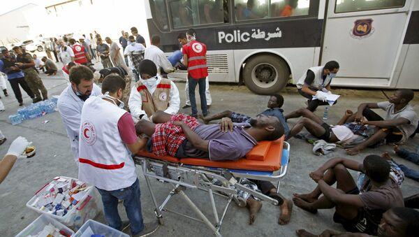 В порту Триполи оказывают помощь мигрантам, которые были спасены после того, как их катер затонул в море у берегов Ливии
