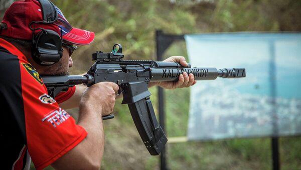 Демонстрационная стрельба из гладкоствольного самозарядного карабина Сайга-12 . Архивное фото
