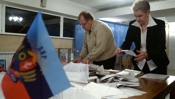 Подсчет голосов на одном из избирательных участков на выборах в ЛНР. Архив