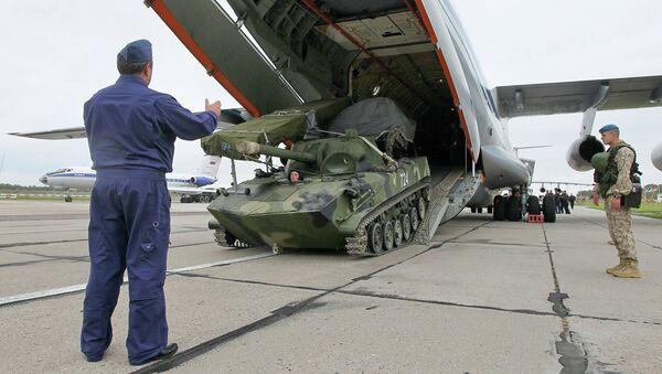 Российской военнослужащие на военном аэродроме в Мачулищах под Минском