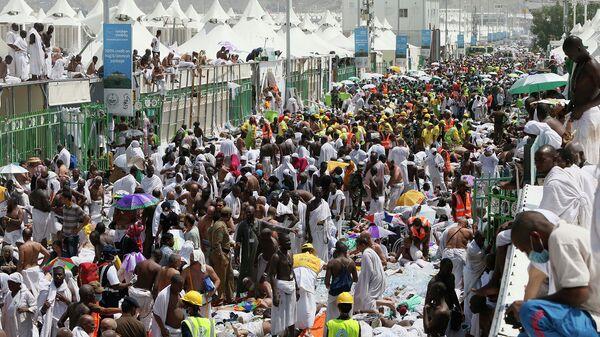 Паломники и спасатели на месте трагедии близ Мекки, Саудовская Аравия. Архивное фото