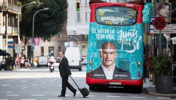 Предвыборный плакат коалиции политических партий  Junts pel Si (Вместе за Да) на туристическом автобусе