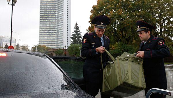 Сотрудники ГФС помещают в автомобиль коробки с документами и материалами проекта федерального бюджета. Архивное фото