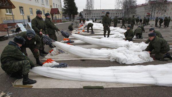 Молодые солдаты проходят курс занятий по укладке парашюта. Архивное фото