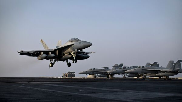 F/A-18E Супер Хорнет совершает взлет с авианосца USS Theodore Roosevelt