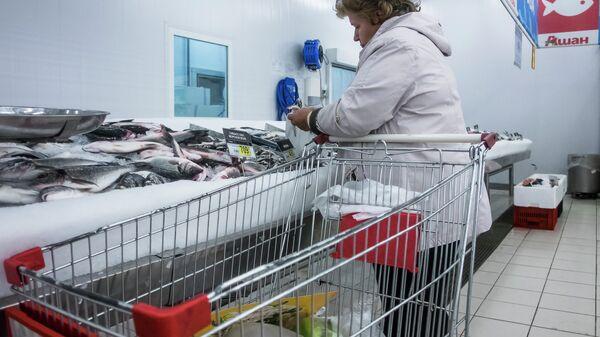 Посетительница в гипермаркете Ашан на Калужском шоссе. Архивное фото
