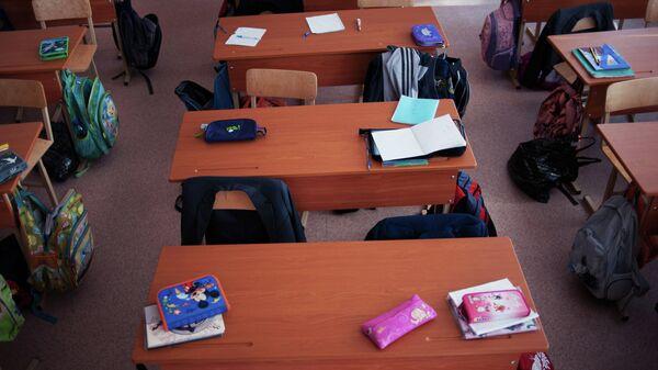 Пустые парты в одном из классов школы.Архивное фото