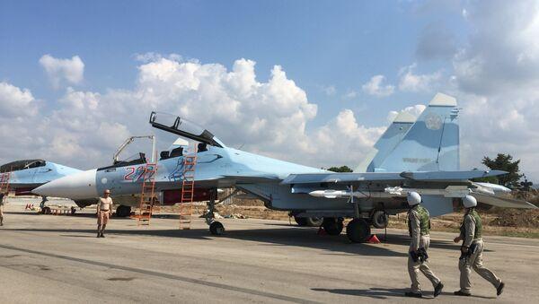 Российские пилоты готовятся к вылету на истребителе СУ-30СМ на авиабазе Хмеймим в Сирии