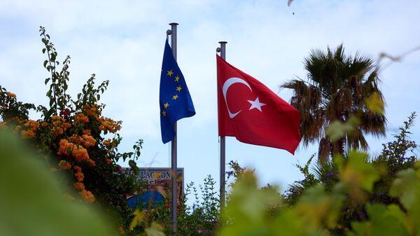 Флаги Турции и Евросоюза. Архивное фото