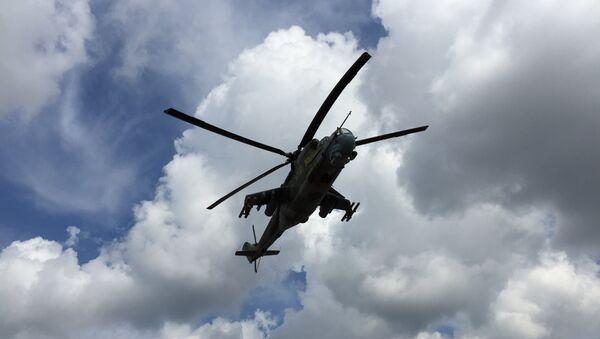 Российский ударный вертолет Ми-24 в небе. Архивное фото