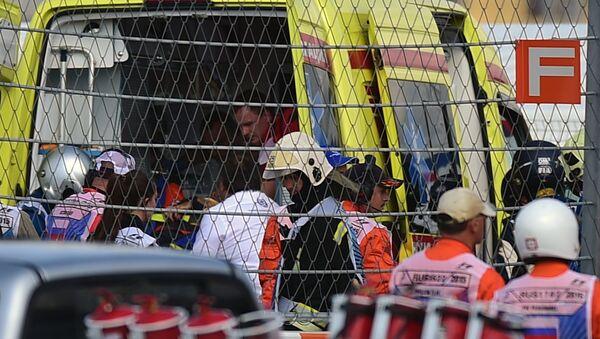 Медики эвакуируют с трассы гонщика Торо Россо Карлоса Сайнса-младшего во время третьей сессии свободных заездов на российском этапе чемпионата мира по кольцевым автогонкам в классе Формула-1