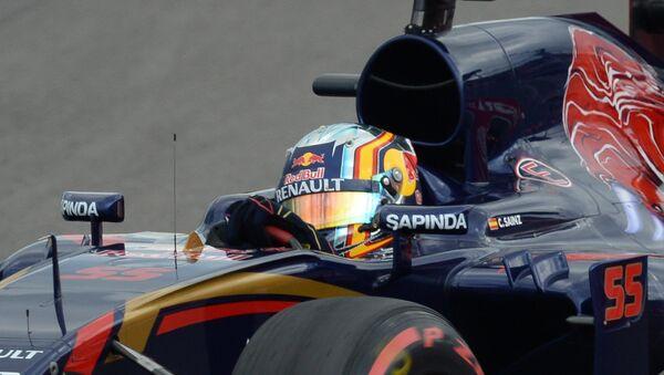 Гонщик Торо Россо Карлос Сайнс-младший перед аварией на российском этапе чемпионата мира по кольцевым автогонкам в классе Формула-1