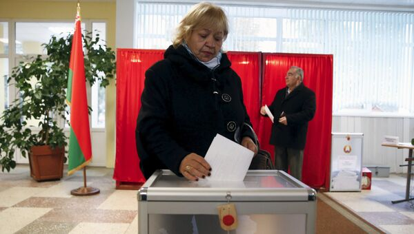 Люди голосуют на президентских выборах в Белоруссии, 11 октября 2015